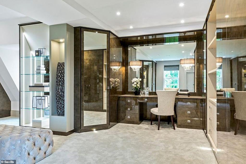 Дом, которого мы достойны или пора уже перебираться в Англию (фото) 17779304-7399627-The_master_bedroom_suite_includes_a_dressing_room_with_make_area-a-15_1567071468431.jpg