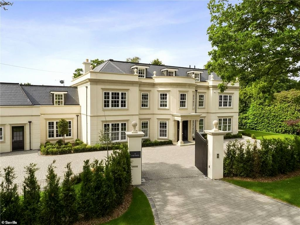 Дом, которого мы достойны или пора уже перебираться в Англию (фото) 17779310-7399627-The_new_six_bedroom_property_is_on_Surrey_s_prestigious_Wentwort-a-5_1567071468420.jpg