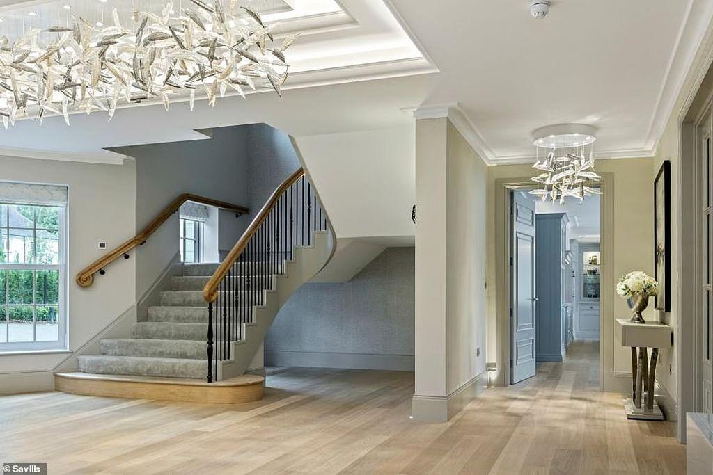 Дом, которого мы достойны или пора уже перебираться в Англию (фото) 17779320-7399627-The_impressive_hallway_has_three_glass_leaf_chandeliers_that_hav-a-6_1567071468421.jpg