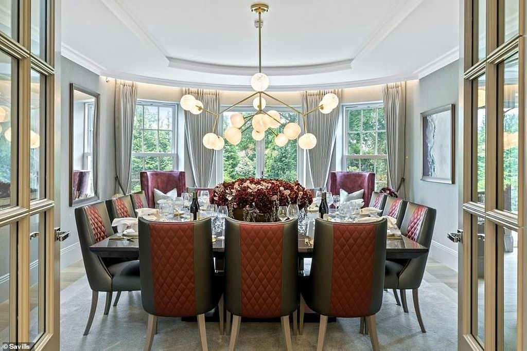 Дом, которого мы достойны или пора уже перебираться в Англию (фото) 17780118-7399627-The_dining_room_houses_a_table_large_enough_to_sit_a_dozen_guest-a-1_1567496278816.jpg