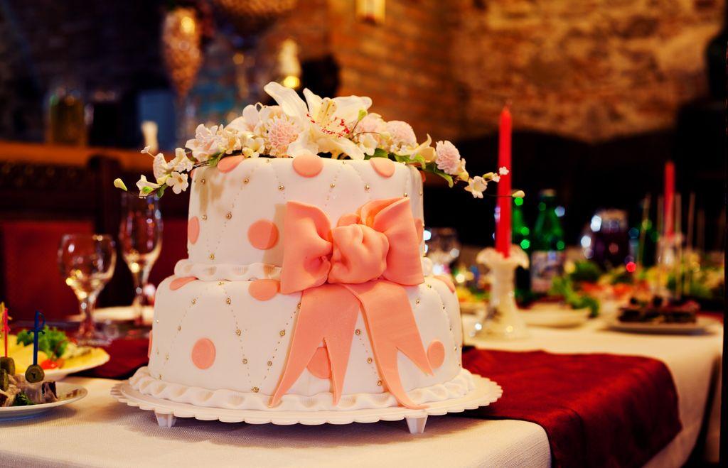 Рациональная форма глумления (в наших понятиях) над свадебным тортом