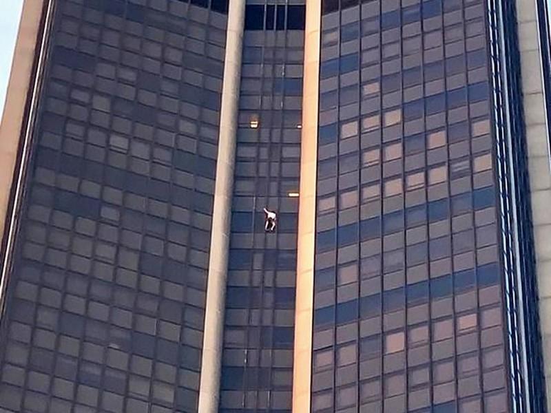 Некто лезет на более чем 200-метровое здание