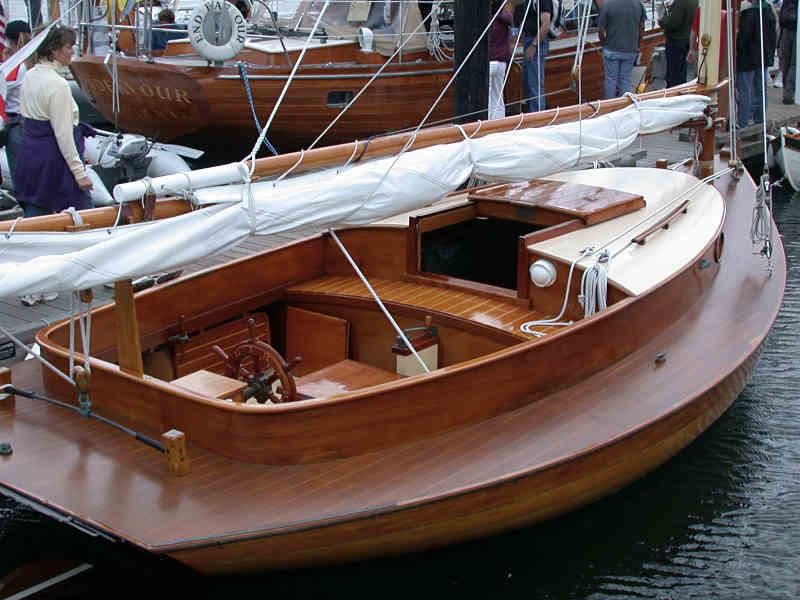 Парусная лодка из дерева