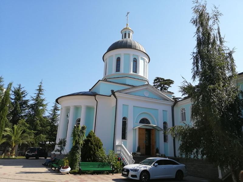Иверский крестильный храм современной постройки на территории Архангельского комплекса.