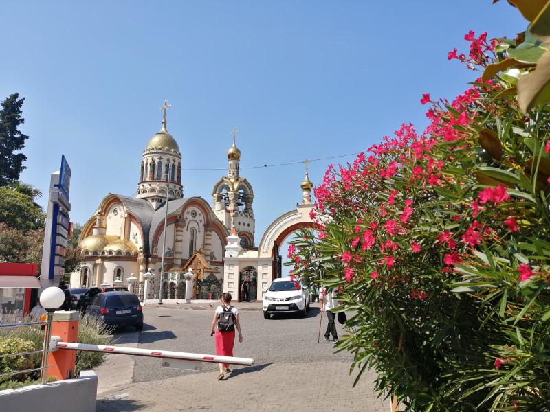 Владимирский храм и олеандры