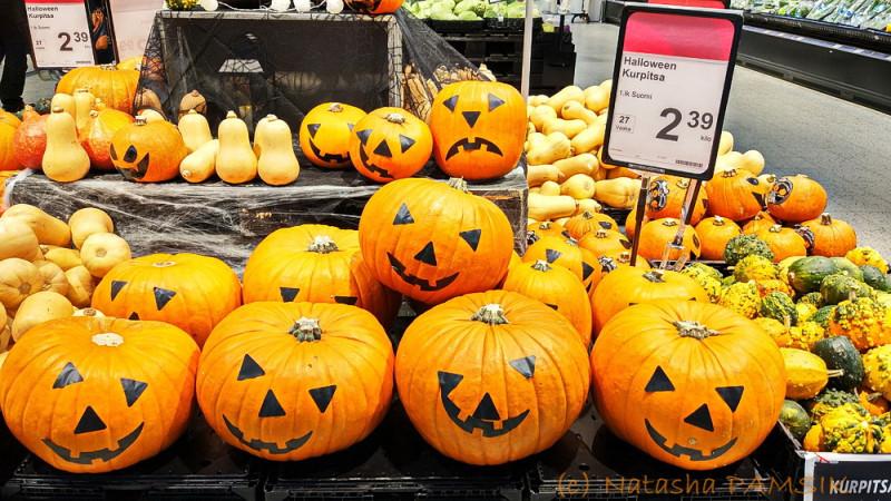 Фото витрин прошлогоднего (доковидного) финского Хеллоуина.