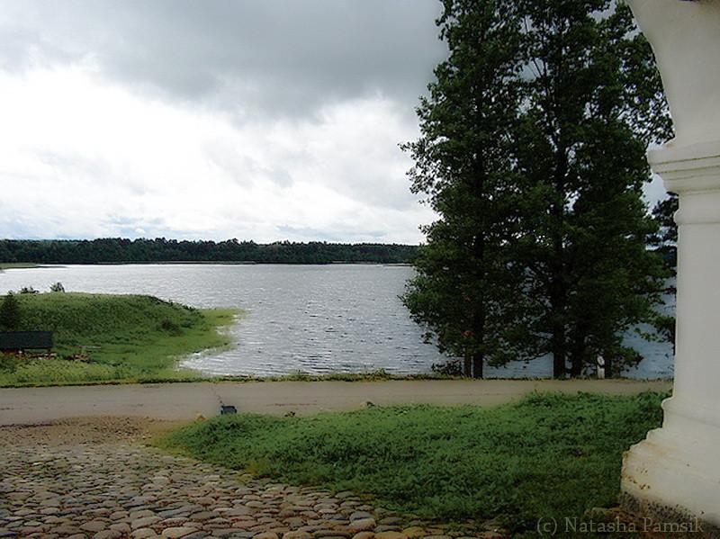 Спустились вниз (монастырь сам на горке) по тропке среди сосен к круглому озеру. Это было совершенно спонтанное решение, озеро так сразу и мощно притянуло к себе, что сопротивляться этому было бесполезно.
