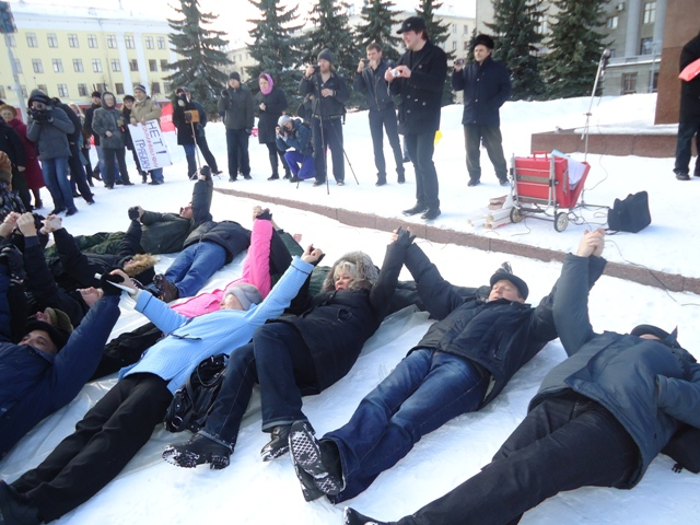 Кировские предприниматели на Театральной площади провели лежачую забастовку