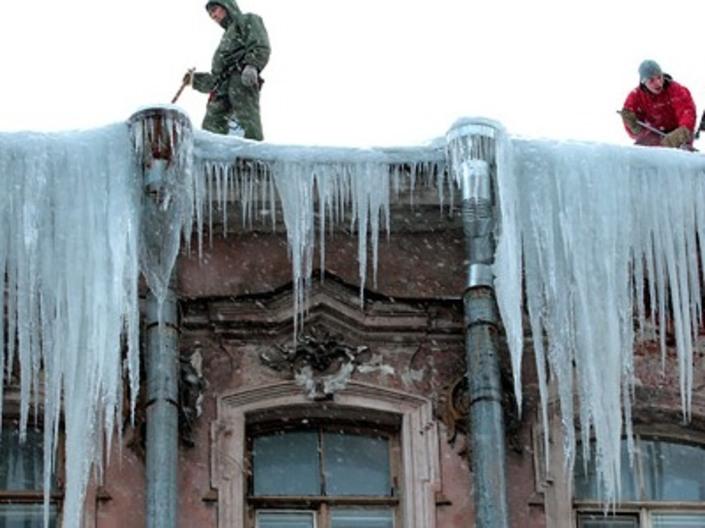 Падающие ледяные глыбы с крыш убивают людей