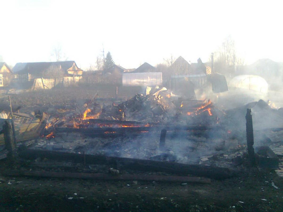 В результате пожара в г. Зуевка Кировской области погиб один человек и полностью сгорели два дома