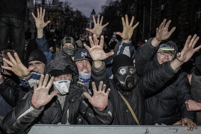 В Киеве митингующие пытаются разрушить памятник Ленину
