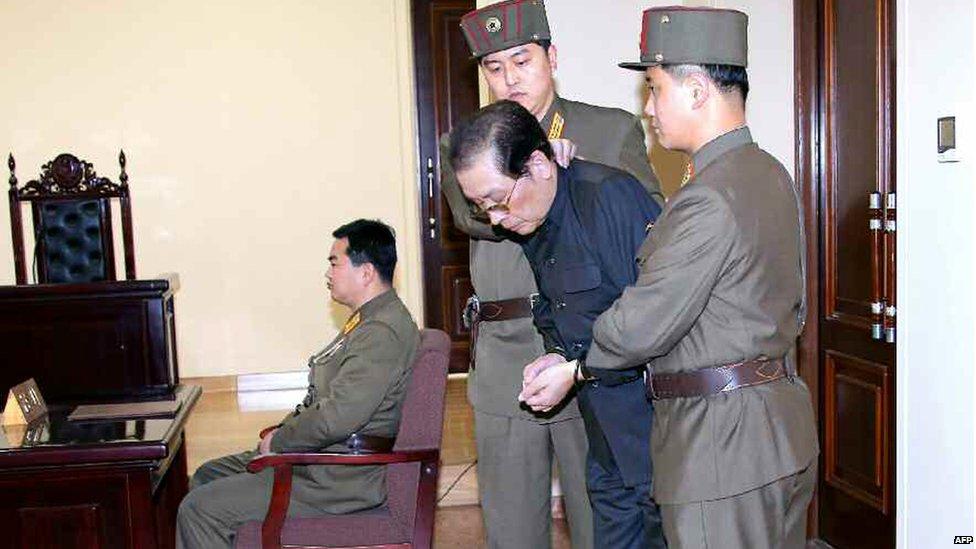 Раздетый догола дядя Ким Чен Ына, был заживо скормлен собакам