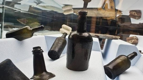 Aparece-botella-intacta-ingles-naufragado_TINIMA20140315_0621_5