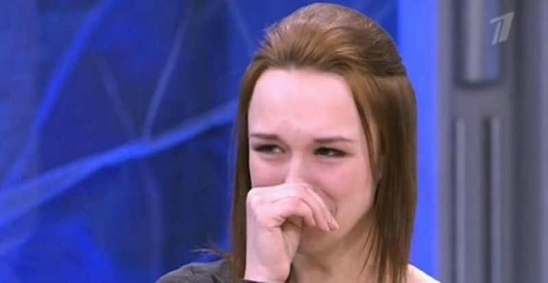 Плачет и не хочет чтобы ее снимали на сотку