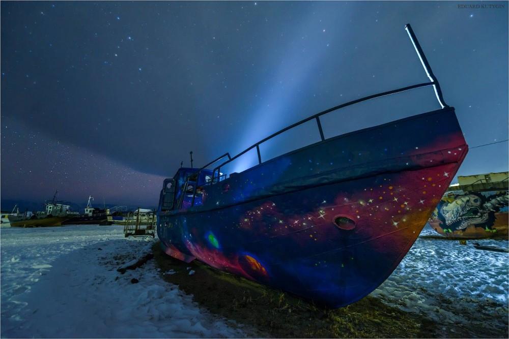 Байкал, посёлок Хужир, старый рыбзавод, граффити. Автор фото Эдуард Кутыгин... Старый звездолет.jpg