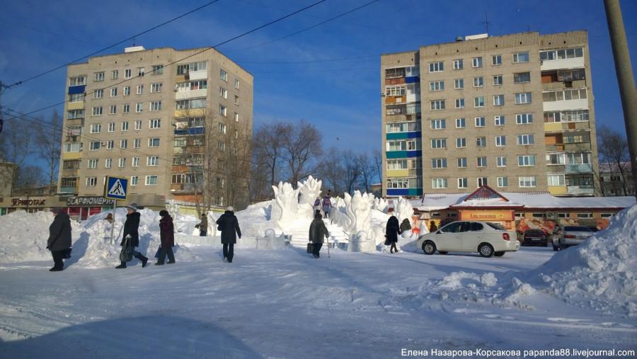 елка у магазина атланта в Комсомольске (1)