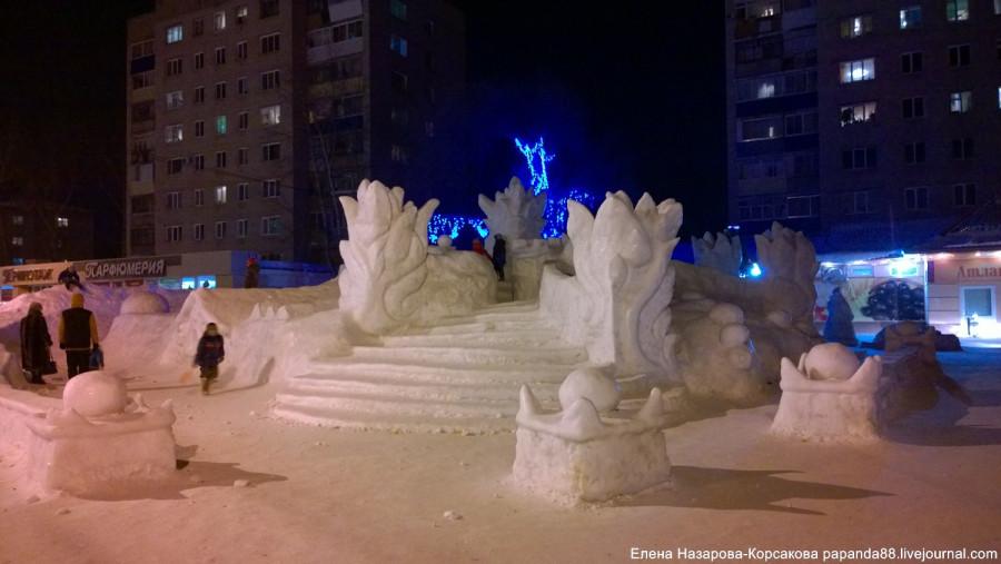 елка у магазина атланта в Комсомольске (15)