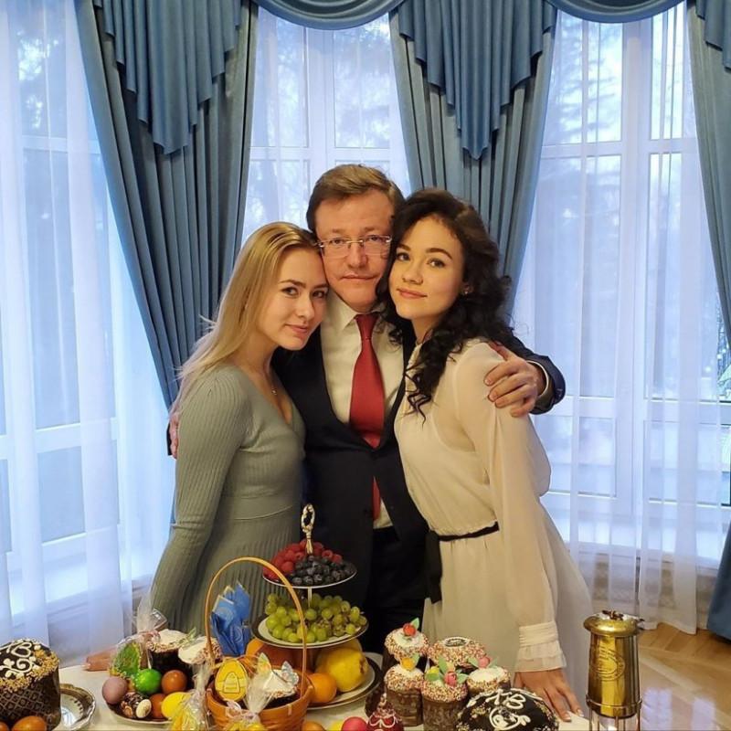 Слева направо: Полина Азарова, Дмитрий Азаров, Алёна Азарова