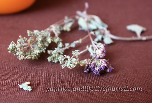 Справа на фото сушёная трава орегано обыкновенного (лилово-розовые цветы), слева - орегано греческий