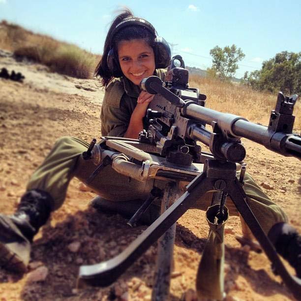 Смешная картинка девочка с пулеметом, елки