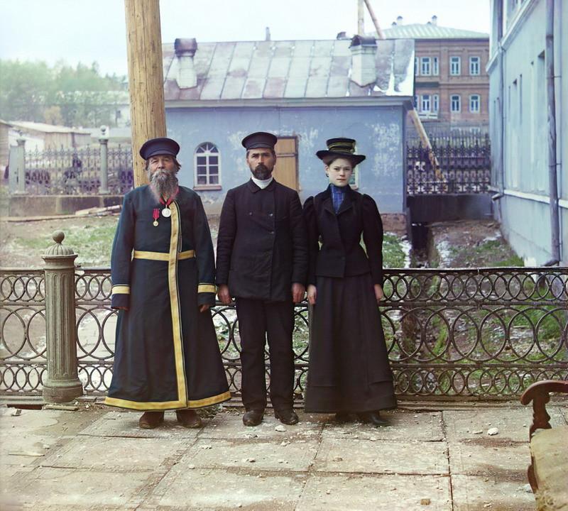 Tri poko 00542u Три поколения. А.П. Калганов с сыном и внучкой. Двое последних работают в мастерских Златоустовского завода. 1910