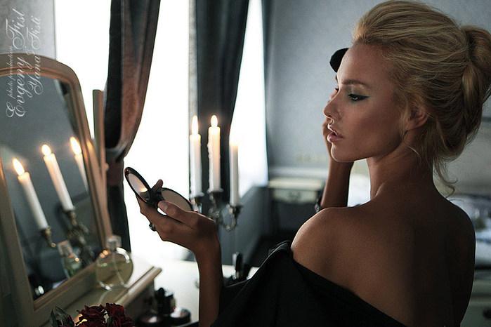 Фото женщина у зеркала