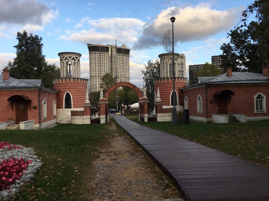 вид из ворот Воронзовского парка в Москве