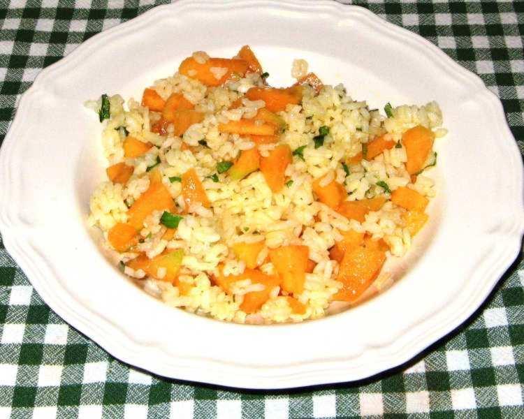 Салат из дыни, риса, базилика