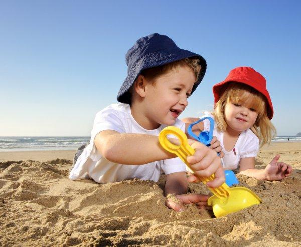 дети_играют_в_песок