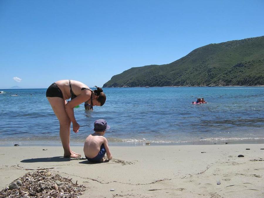 мать с сыном на пляже