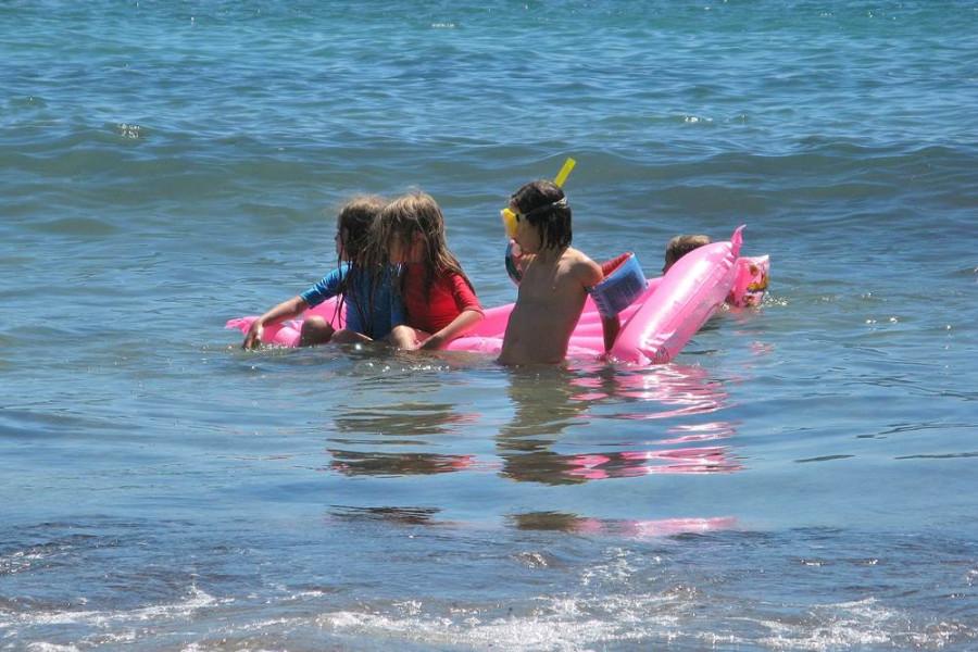водные забавы детей на море