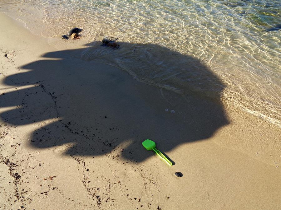 тень от пляжного зонтика