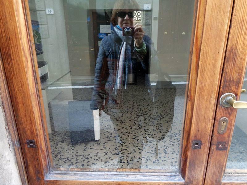 отражение в стекле двери