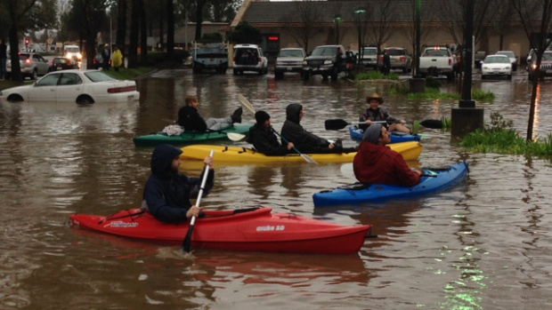 kayaking-in-the-flooded-healdsburg-safeway-parking-lot-december-11th-2014