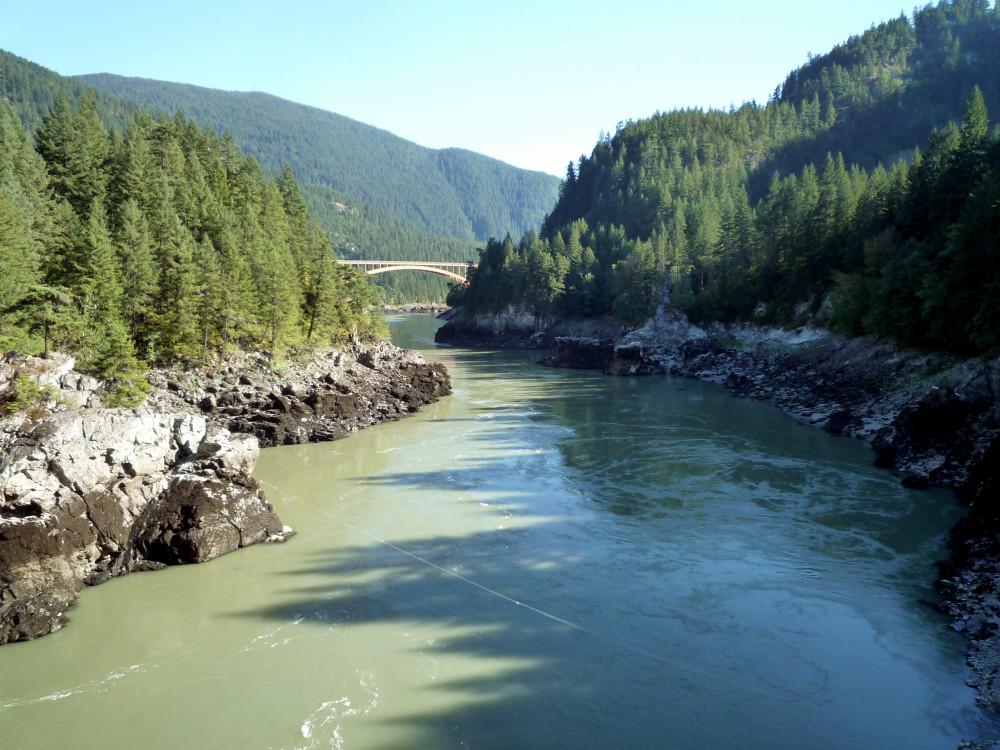 На своем пути река проходит через