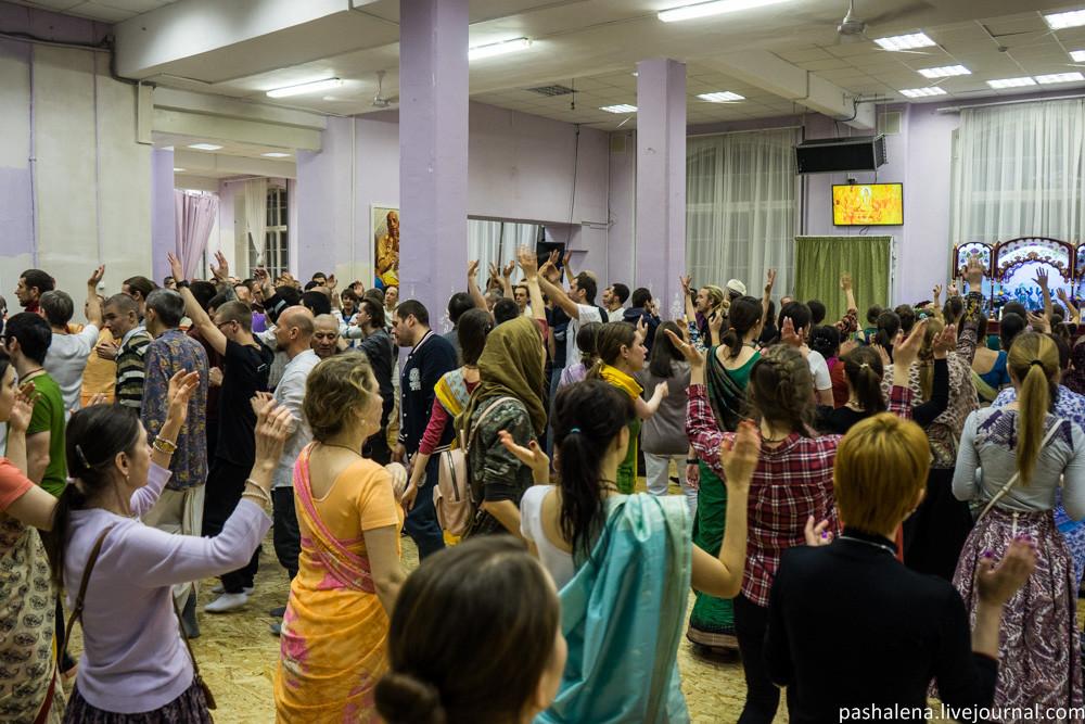 танец кришнаитов