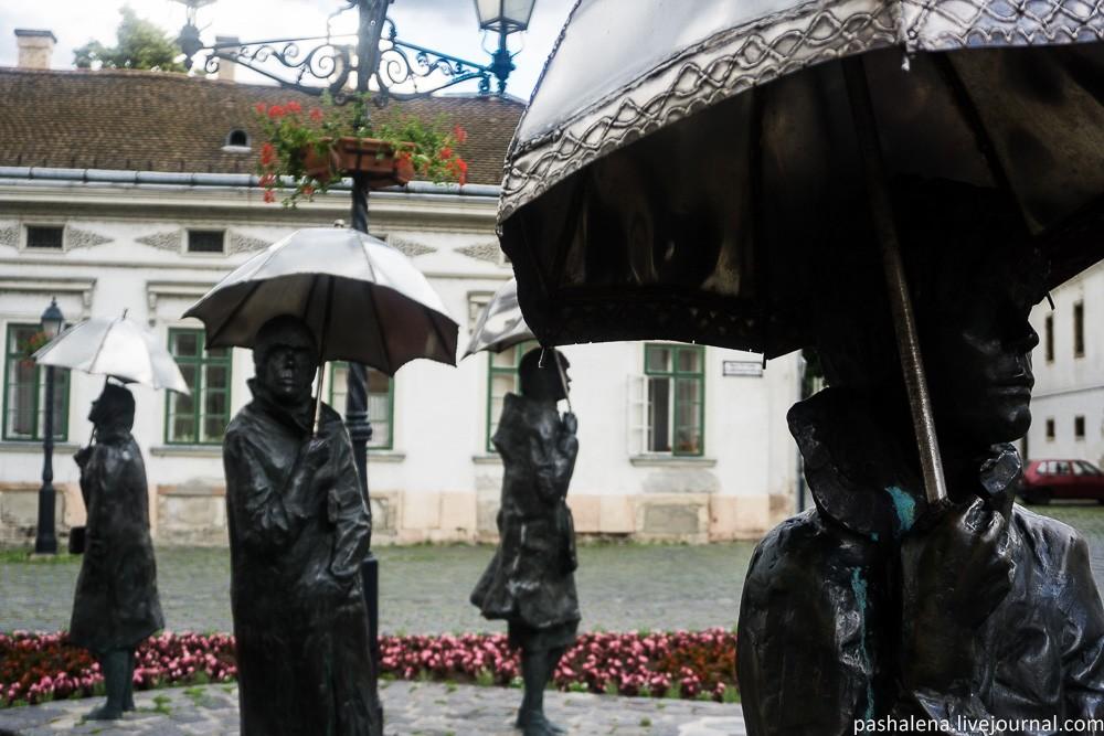 Гуляющие под дождём