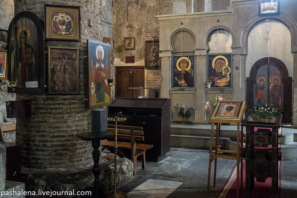 Иконы внутри храма в ТБилиси