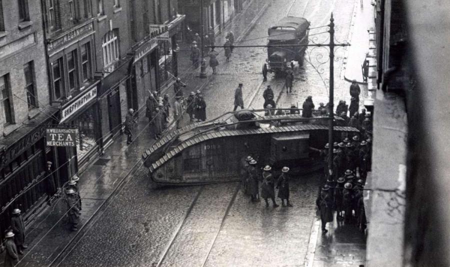 Армейский танк выбивает церковные двери, за которыми укрылись повстанцы. Дублин,1921