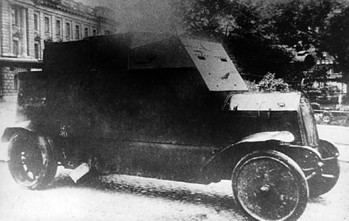 """Броневик """"Ллойд"""" у Михайловского манежа. 1918 год. Верхняя башня снята"""