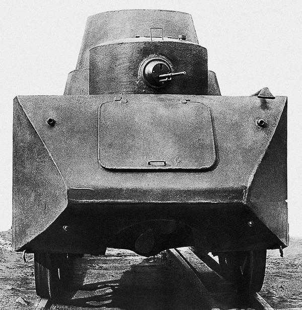 БАД-2 на рельсах, вид сзади. Виден трехлопастной гребной винт.