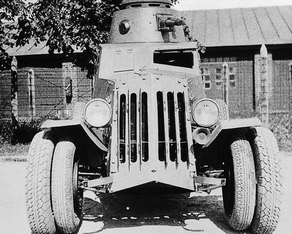 Бронеавтомобиль Д-13, вид спереди. Он оснащен двойными колесами с шинами разного диаметра для улучшения проходимости