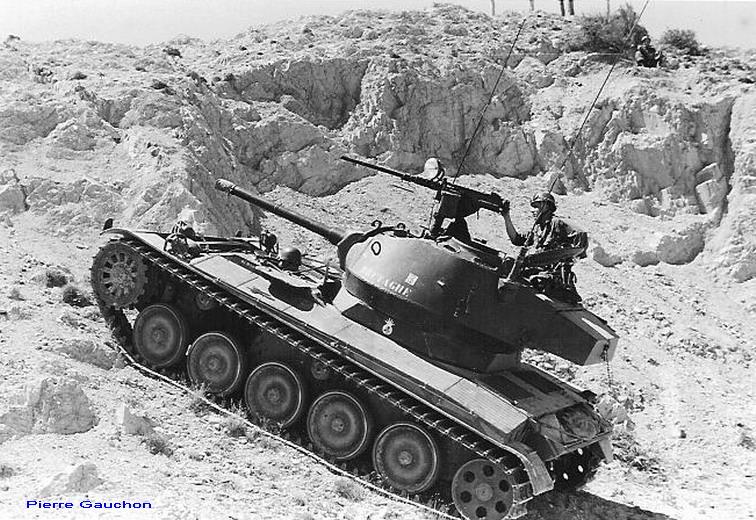 4ème Hussards.d amx 13 et une tourelle de M24 chaffee