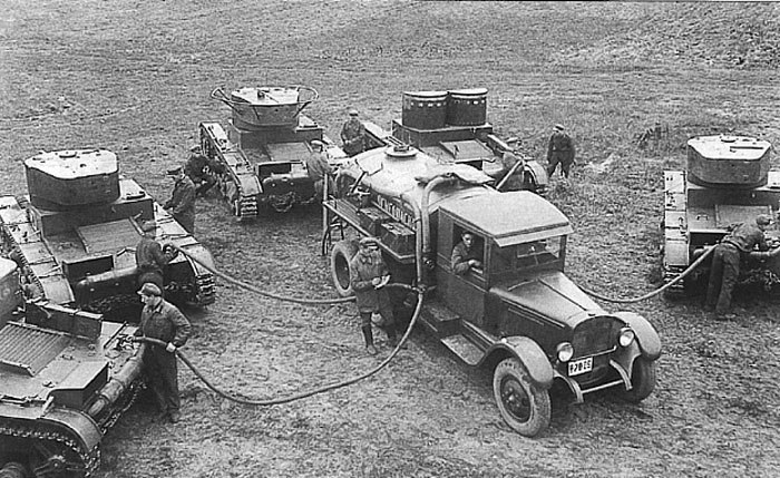 Заправщик БЗ-42 на шасси ГАЗ-А за работой во время Больших Киевских Маневров 1935 года