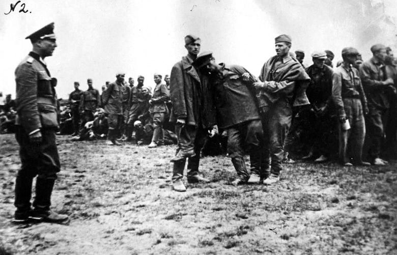 Селекция военнопленных. 1941 г. (Из трофейных фотографий, изъятых у пленных и убитых солдат вермахта)