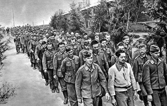 Колонна фашистских солдат и офицеров, взятых в плен под Смоленском (июль 1941 г.)