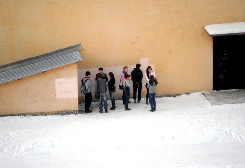 Подростки курят за углом школы