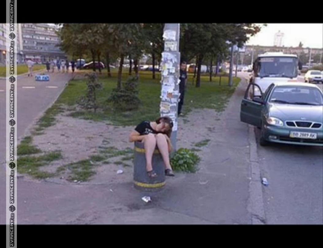 Пьяная девица на улице 12 фотография