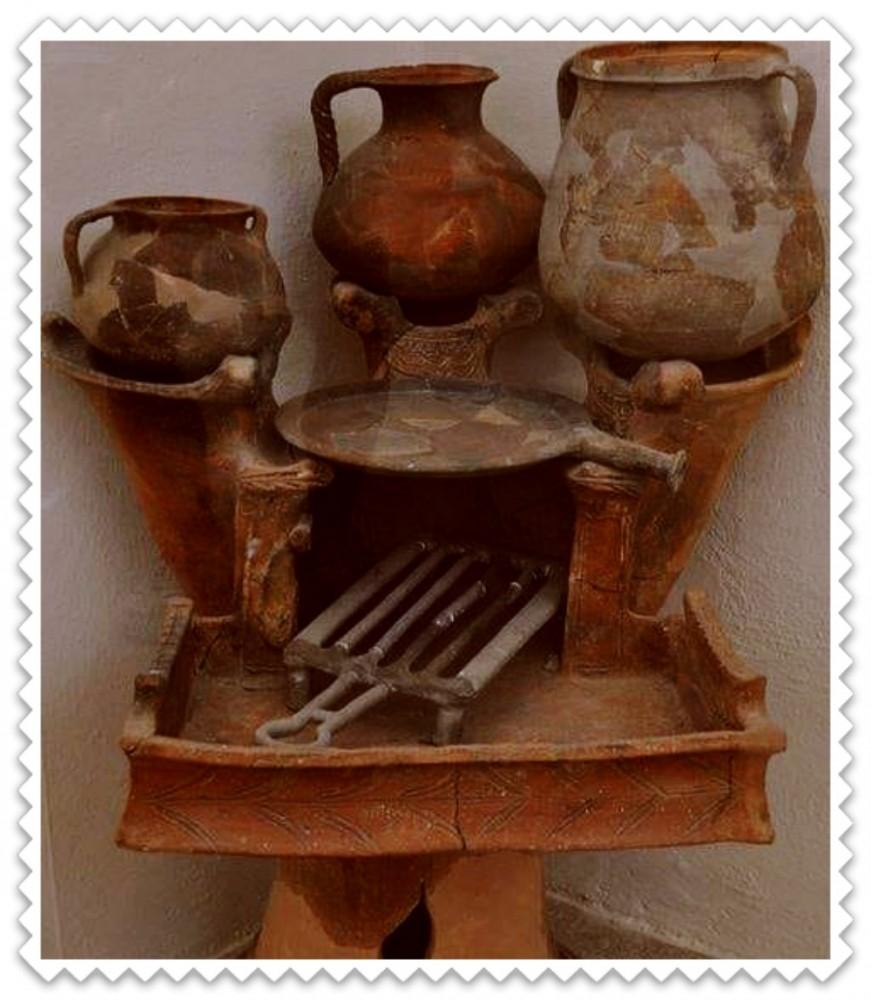 Четырехконфорочная угольная плита возрастом 2500 лет. Греция - археологический музей острова Делос .