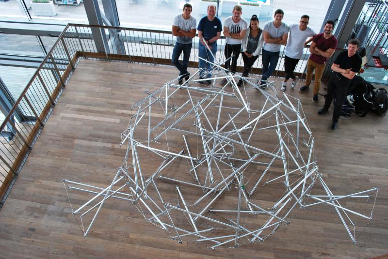 Модульность. Хотя структура тенсегрити завершена сама по себе, она может комбинироваться с другими такими структурами